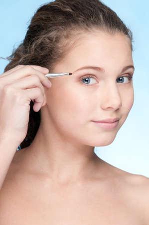Closeup retrato de joven hermosa piel perfecta y cabello rizado. Sombra de ojos zona componen por pincel fino Foto de archivo - 9633183