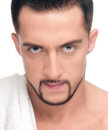 persona enojada: Cerca de retrato de cara joven enojado con piel perfecta y toalla. Aislado en blanco Foto de archivo