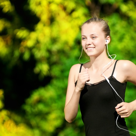 Beautiful young Woman in grünen Park auf sonnigen Sommertag ausgeführt