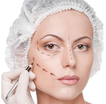 lift hands: Esteticista touch y dibujar l�neas de correcci�n en la cara de mujer. Antes de operetion de cirug�a pl�stica. Aislado