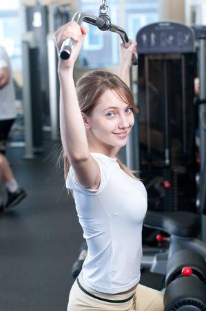 Fitness - poderoso pesos informal levantar la mujer en el club de gimnasia