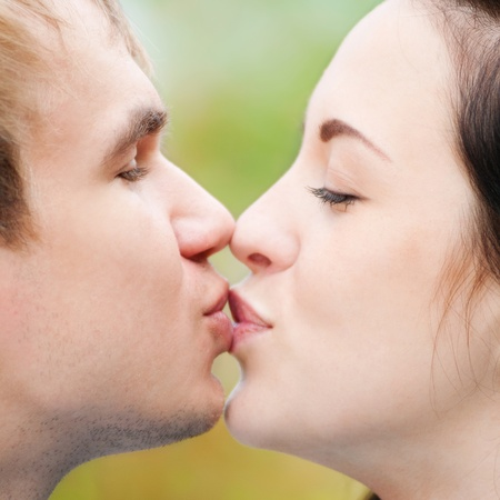 handkuss: Porträt einer schönen jungen glücklich lächelnde Paar - zu Fuß in grünen Park im Freien