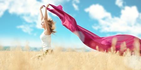 shawl: Jonge vrouw in tarwe veld met stof. Zomer picknick