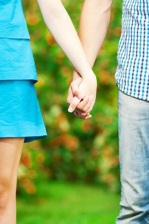 marido y mujer: Concepto de tiro de la amistad y el amor del hombre y la mujer: las dos manos sobre el verde parque de la naturaleza Foto de archivo