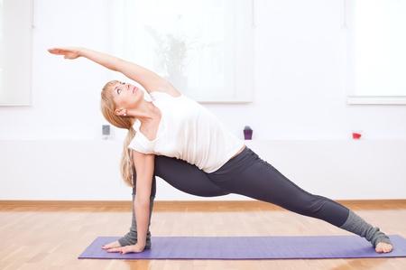 Matte: Sch�ner Sport Woman doing stretching Fitness�bungen bei Sport Fitness-Studio. Yoga