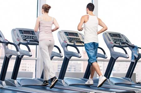 uomo palestra: Giovane donna e uomo in palestra esercizio. Esegui una macchina.