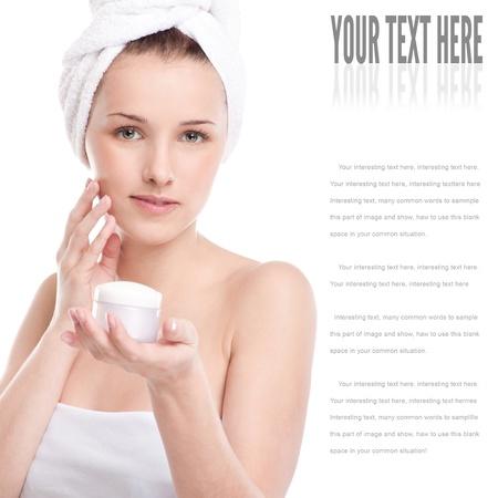 dermatologo: Donna applicare la crema idratante sul viso. Close-up volto di donna fresca isolato su bianco Archivio Fotografico
