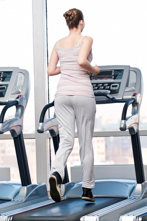 Young woman at the gym exercising. Run on a machine Standard-Bild