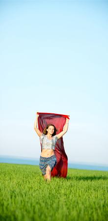 sexy young girl: Молодая леди, запущенные с ткани в зеленом поле. Красивая женщина счастливый ходить в летних сельских лугу. Красивые подходят загар девушка. Секси стройная модель кавказской национальности на открытом воздухе.
