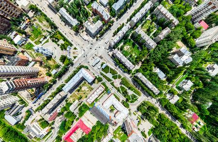 Luchtfoto met uitzicht over de weg en wegen, huizen, gebouwen, parken en parkeerplaatsen. Zonnig zomer panoramisch beeld