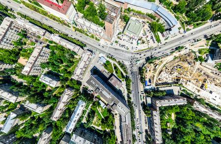 Luftaufnahme der Stadt mit Kreuzungen und Straßen, Häusern, Gebäuden, Parks und Parkplätzen. Sonniges Sommerpanoramabild