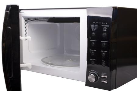 microwave oven: Horno de microondas abierto y aislado en blanco