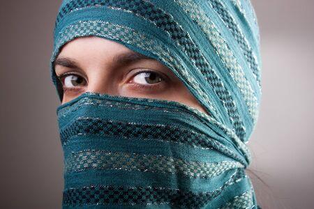 burka: Ritratto di donna europea affascinante con scialle. Messa a fuoco differenziale artistico.