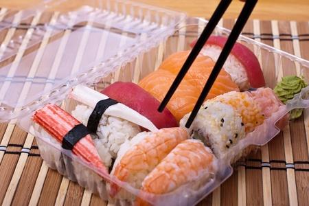Togliete sushi set di tazzine e bastoncini. Messa a fuoco selettiva. Archivio Fotografico
