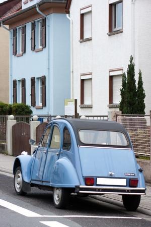 French blu Citroen 2 cv parcheggiato su una strada.