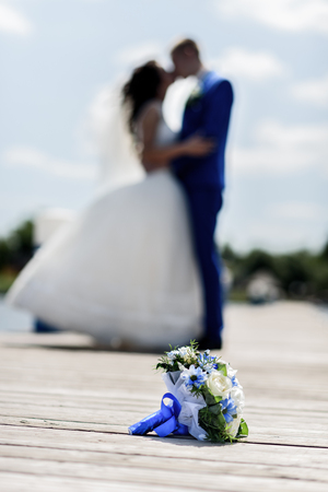 honeymooners: bukiet the bride on the pier amid honeymooners