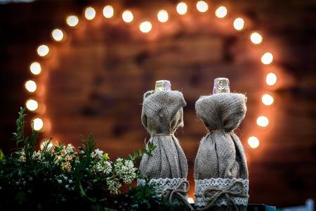 緑のトラックの木の中で森のランプの心の背景に結婚披露宴