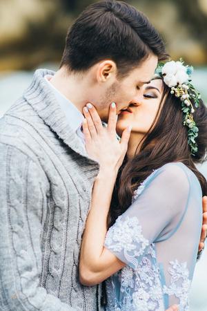 besos apasionados: la novia besa al novio, el apasionado beso de los amantes