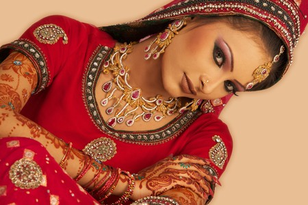 fille indienne: Slim belle femme portant une robe de mariage luxueux sur fond blanc studio