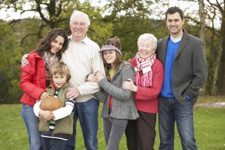 Grupo de la familia extendida en Paseo por el campo