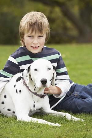 Jeune gar�on d�tente plein air avec Pet Dog
