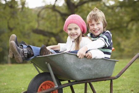 carretilla: Chico y chica sentado en carretilla