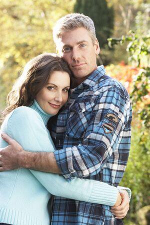 Romantique couple adoptant en automne Woodland