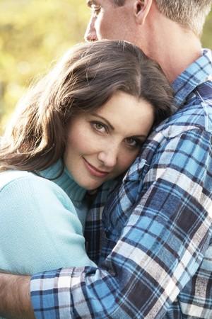 couple enlac�: Fermer le haut du couple romantique adoptant en automne Woodland