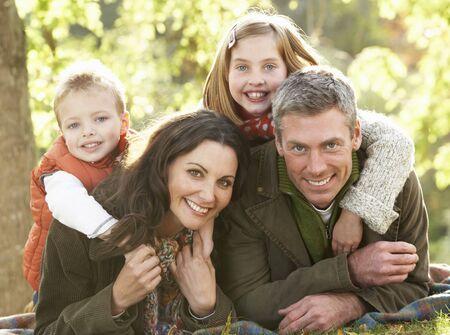 familia de cinco: Grupo de familia relajante aire libre en el paisaje de oto�o
