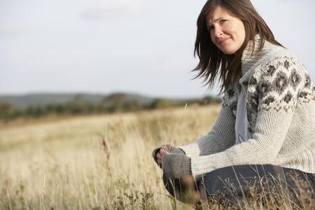 mujeres pensando: Mujer joven destacada al aire libre en el paisaje de oto�o