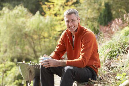 Homme ayant pause si travail ext�rieur dans le jardin