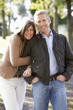 parejas caminando: Retrato de pareja rom�ntica disfrutar al aire libre Camine a trav�s de Parque de oto�o