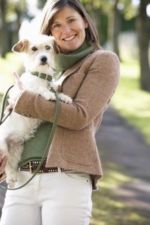 mujer con perro: Mujer Walking Dog aire libre en el Parque de oto�o