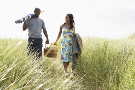 Jeune couple panier pique-nique transport et randonn�es dans les dunes de brise-vent