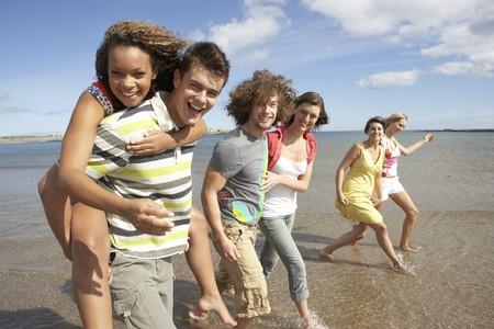 Groupe de jeunes amis randonn�es le long du rivage �t�