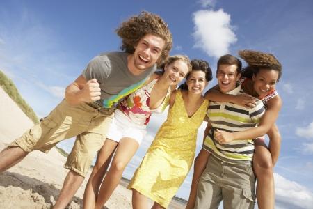 Groep van vrienden having Fun On Summer Beach