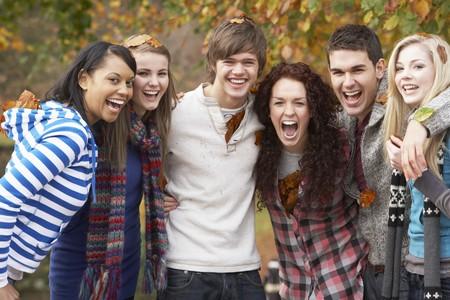 Grupo de seis amigos adolescentes Having Fun en Parque de otoño