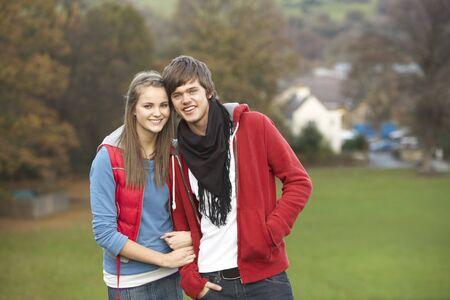 pareja de adolescentes: Rom�ntica pareja adolescente caminando a trav�s de paisaje de oto�o