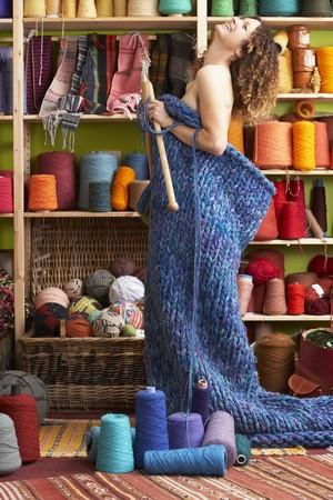 Femme nue permanent en bonneterie �l�ment permanent en devant des fils affichage  Banque d'images