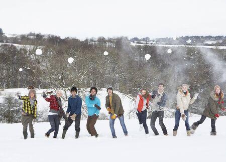 snowballs: Gruppo di amici adolescente divertirsi nel paesaggio innevato  Archivio Fotografico