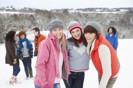 Groupe de jeunes amis amusant dans le paysage Snowy  Banque d'images