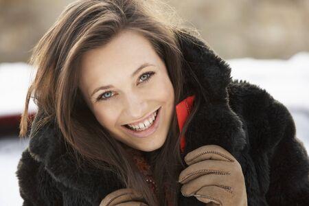 bontjas: Close-up van Teenage Girl, het dragen van bont jas In Snowy landschap