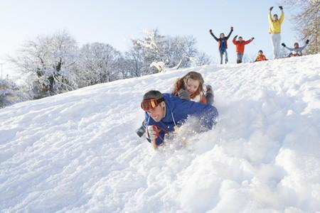 sledging: Padre e figlia, divertirsi con lo slittino Down Hill Archivio Fotografico