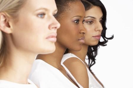 mujeres africanas: Retrato de tres mujeres j�venes atractivos Studio permanente en l�nea