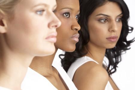 kobiet: Portret trzech atrakcyjne mÅ'odych kobiet W Studio W jednej linii Zdjęcie Seryjne