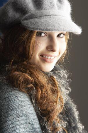 tejidos de punto: Moda Girl Teenage Wearing Cap Y Knitwear en Studio