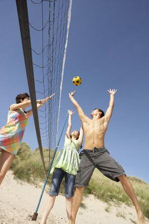 Groupe de jeunes amis jouer au volleyball le Beach Banque d'images