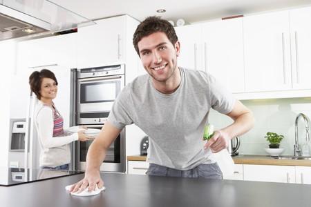 Jeune couple nettoyage cuisine moderne nettoyage