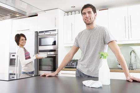 cucina moderna: Giovani couple pulizia pulizia cucina moderna Archivio Fotografico