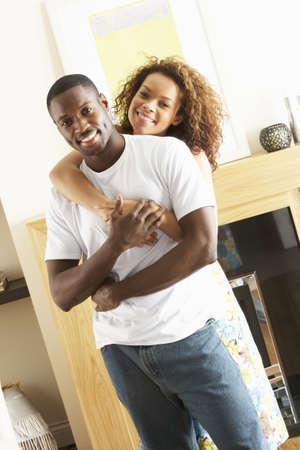couple enlac�: Couple de jeunes romantique place dans la salle de s�jour